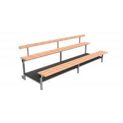 Pevné tribúny s drevenými lavicami