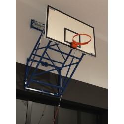 Basketbalová konštrukcia skladateľná kolmo hore pod strechu haly